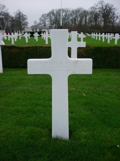 Grave of 2nd Lieutenant Richard H. Riddle at Cambridge American Military Cemetery