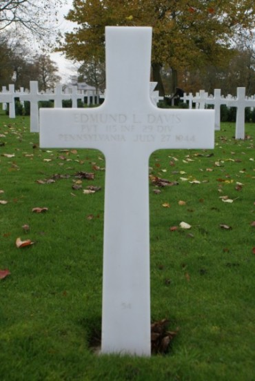 Grave of Private Edmund Leroy Davis at Cambridge American Military Cemetery, patient aboard 42-93038
