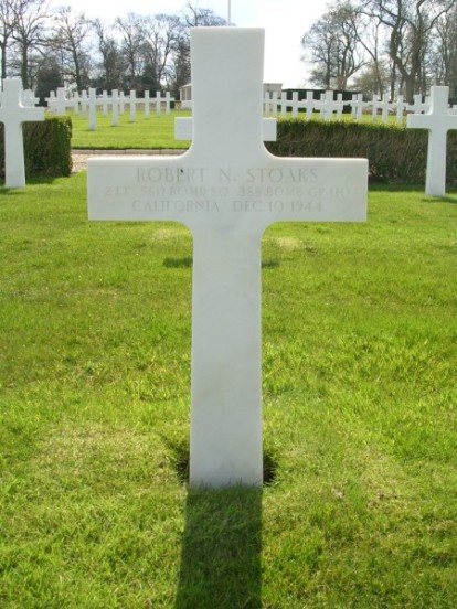 Grave of co-pilot, 2nd Lieutenant Robert N. Stoaks at the Cambridge American Military Cemtery