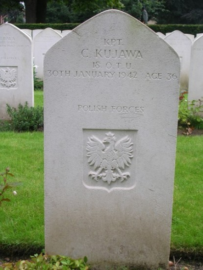 Grave of Flight Lieutenant Czeslaw Kujawa at Newark Cemetery