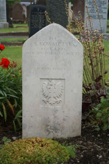 Grave of Flight Lieutenant Kowalczyk at Dumfries St Andrew's Cemetery