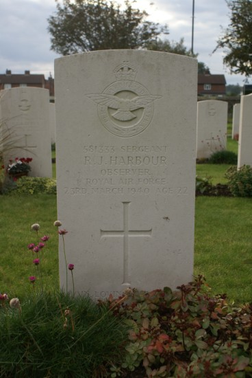 Grave of Sergeant Ronald Jesse Harbour at Shawbury (St Mary) Churchyard, Shropshire